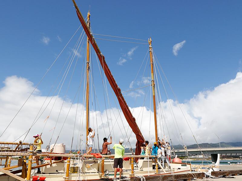 Hoisting the sail of Hokulea